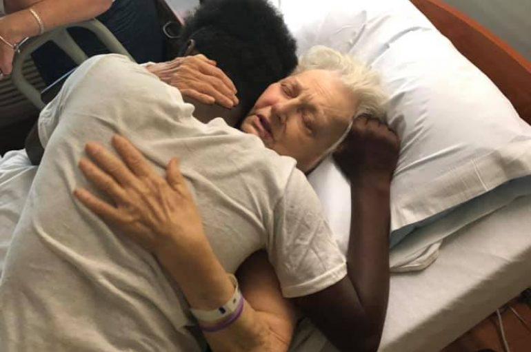 15-vjeçari kujdeset për fqinjët e tij të moshuar