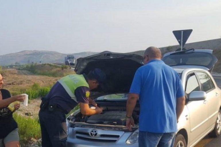 Gjesti human i policisë, blen vaj dhe ndihmon turistët italianë që mbetën në rrugë