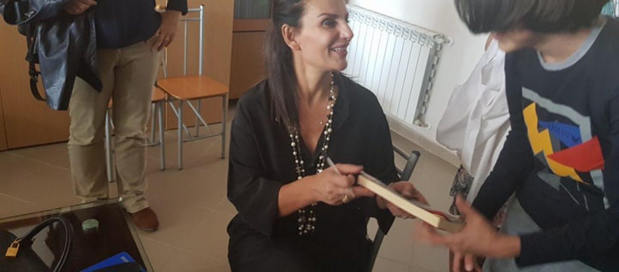 Anilda Ibrahimi, shkrimtarja që shkruan në italisht historitë shqiptare: Shumë familje rrezikuan jetën për të mbajtur besën