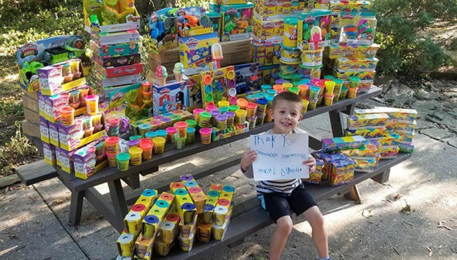5-vjeçari që i mbijeton kancerit dhuron mijëra lodra në spitalin e fëmijëve