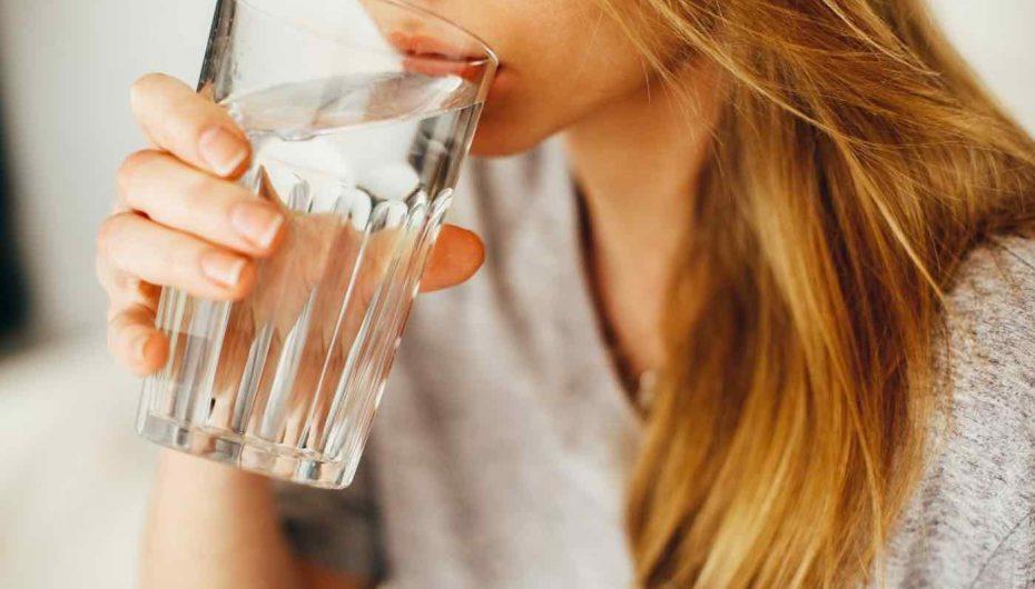 Uji një sekret i lumturisë? Studimi: Ata që pinë shumë në ditë ndjehen më të lumtur