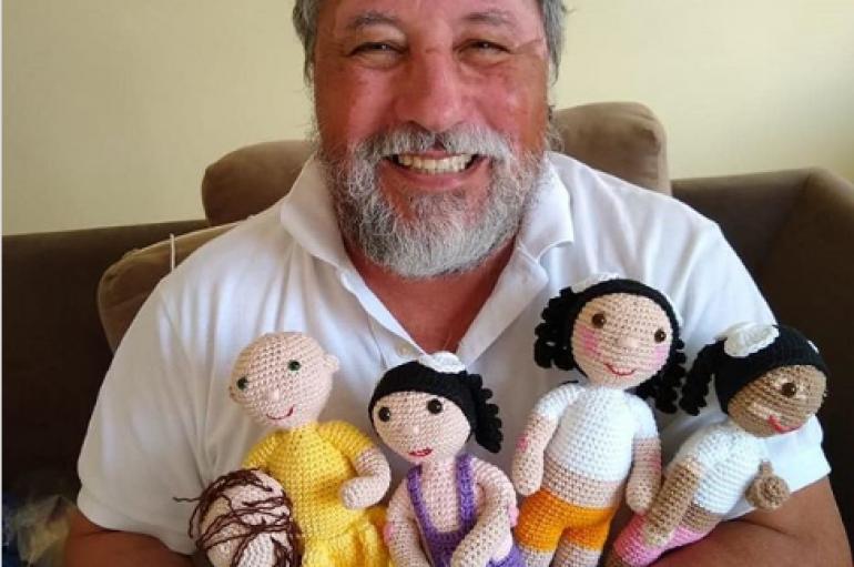 Gjyshi me sëmundjen e ngjyrës së lëkurës krijon kukulla për fëmijë me të njëjtën gjendje