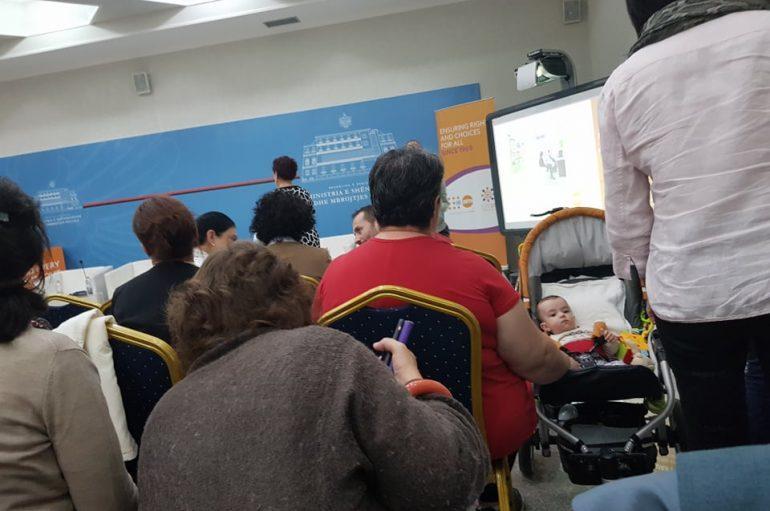 Leka, nëna e re ndjek konferencën bashkë me fëmijën e saj 8 muajsh
