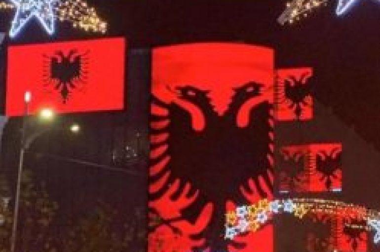 Bukureshti mbulon bulevardin me flamuj kuq e zi