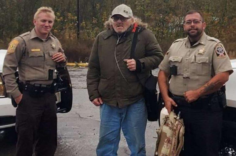 Policët ndihmojnë veteranin me aftësi të kufizuara, të shkojë në takim me mjekun