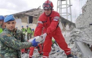 Ushtari serb dhe ai kosovar ndihmojnë së bashku mes rrënojave në Durrës, mediat e huaja: Armiqtë i bashkon tërmeti