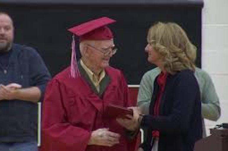 Një veteran i Luftës së Dytë Botërore mori diplomën e shkollës së mesme 95 vjeç