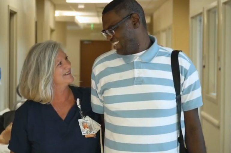 Infermierja e birëson 27 vjeçarin për t'i shpëtuar jetën