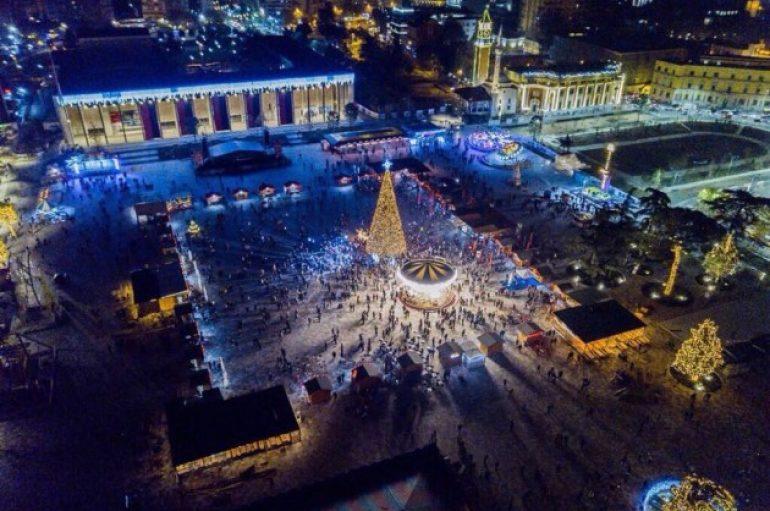 """Spektakël në sheshin """"Skënderbej"""", organizohet koncerti madhështor natën e ndërrimit të viteve"""