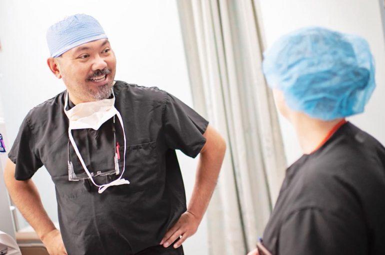 Kirurgu lufton borxhin mjekësor duke lejuar pacientët dhe familjet të paguajnë për operacionet me punë vullnetare