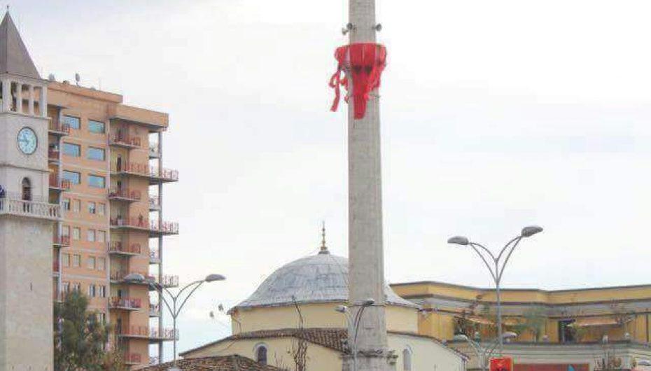 Nostalgji! Tirana kuq e zi, majë minares lëkundet flamuri