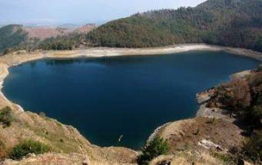 Liqeni i mrekullive apo i vdekjes? Uji i kristaltë s'kursen asnjë fshatar në Gramsh, rrëfimi horror i gruas