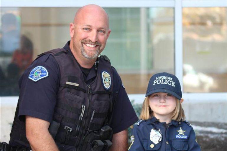 E magjepsur pas policëve, vajza 4-vjeçare dhuron paratë për oficerin me kancer