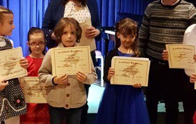 Vogëlushja nga Durrësi befason jurinë dhe zyshën në konkursin e pianos me 4 duar