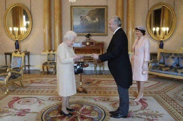Mjekja shqiptare takon mbretëreshën Elisabeth në pallatin mbretëror
