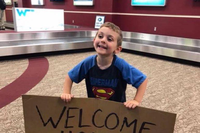 """""""Mirësevjen nga burgu"""", vogëlushi surprizon të ëmën në aeroport"""