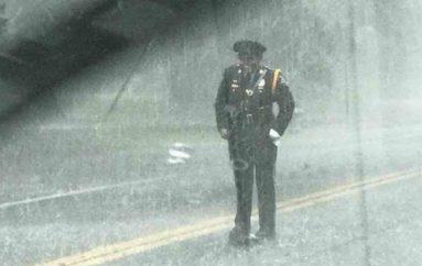 Policja frymëzuese sfidon shiun, duke buzëqeshur mbron një krijesë të gjallë