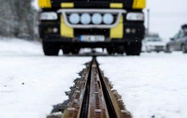 Suedi: Rruga e parë e elektrizuar në botë karikon automjetet ndërsa lëvizin