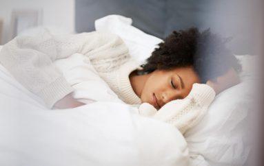 Si ndryshon nevoja e gjumit me moshën