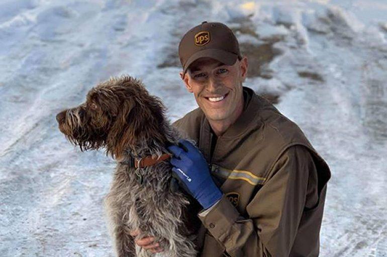 Shoferi shpëton qenin, ishte duke u mbytur në pellgun me akull