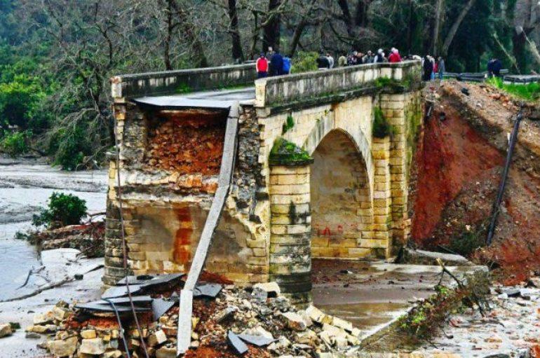 Emigrantët shqiptarë restaurojnë vullnetarisht urën historike në Greqi