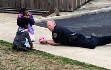 Zyrtari bëhet hero për fëmijët e lagjes, luan me vajzat që 'kishin frikë nga policët'