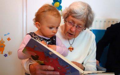 Shkenca e orës magjike: Pse duhet t'i lexojmë njëri-tjetrit, sidomos fëmijëve