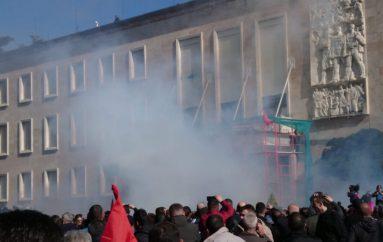 Efektet dhe simptomat e gazit lotsjellës që u përdor në protestë