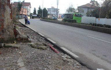 """A do zgjidhen/ U strehuan 85 familje rome, banorët kërkojnë investime në rrugën """"Lekë Gjiknuri"""""""