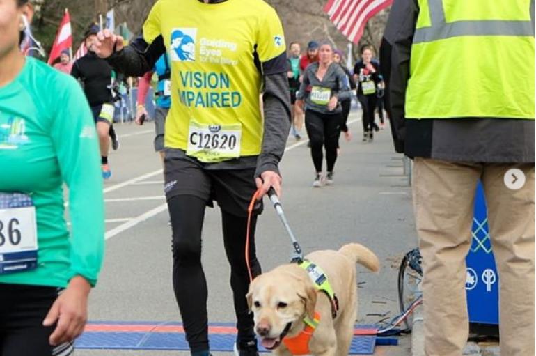 I verbri përfundon maratonën me ndihmën e qenve udhëzues
