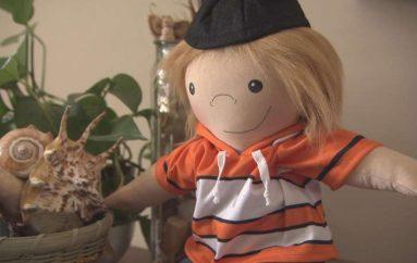 Gruaja krijon kukulla për fëmijët me aftësi të kufizuara: Kjo i bën ata të mos ndihen vetëm