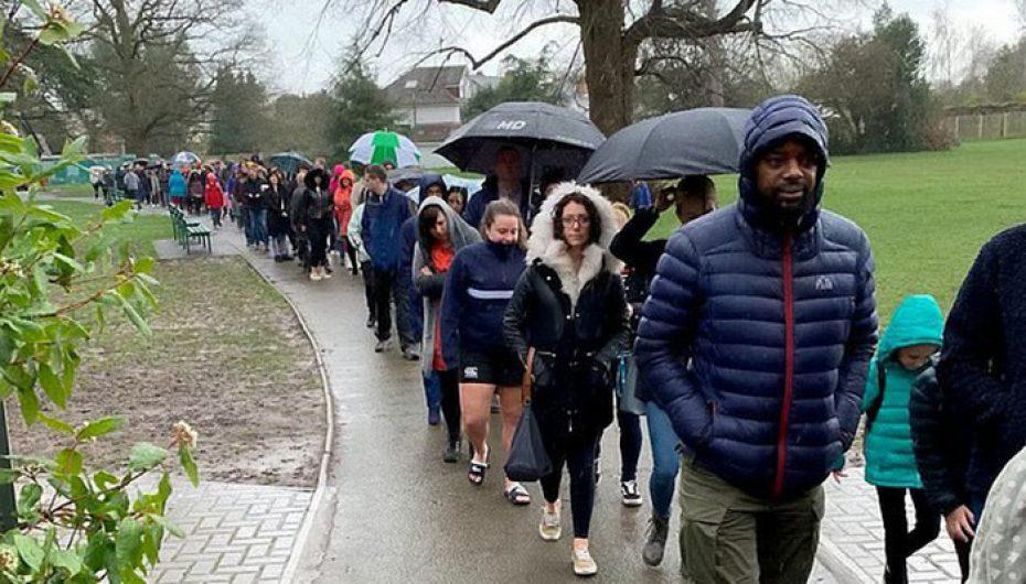 5,000 njerëz qëndrojnë në shi me orë të tëra për të shpëtuar djalin me kancer