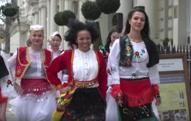 8 Marsi, gra dhe vajza nga e gjithë bota urojnë shqip