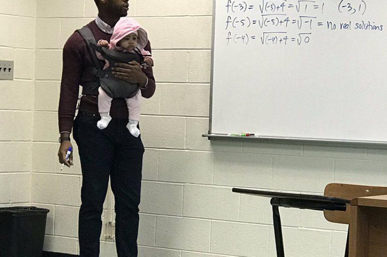 Nuk mundi të gjejë dado, profesori mban foshnjën e studentit në klasë