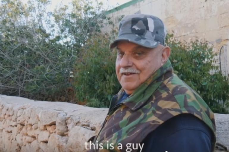 Burri që jeton i vetëm në ishull