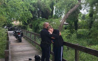 Oficeri përqafon burrin me nevoja të veçanta