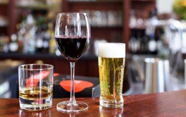 Alkooli është mbrojtës, studimi hedh poshtë pretendimet: Edhe një pije në ditë rrit rrezikun