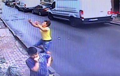 Adoleshenti shpëton foshnjën që po binte nga dritarja e katit të dytë në Turqi