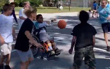 Fëmijët e klasës së 5-të luajnë basketboll me nxënësin në karrocë me rrota