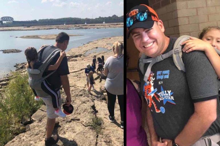 Klasa niset për udhëtim në këmbë, mësuesi mban në shpinë nxënësen me aftësi të kufizuara