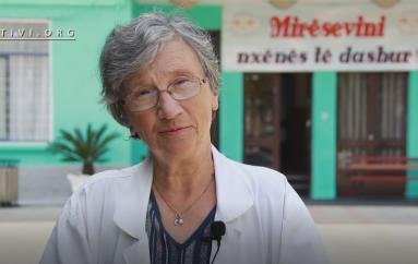 Vera, mësuesja 74 vjeçare e pasionuar pas punës