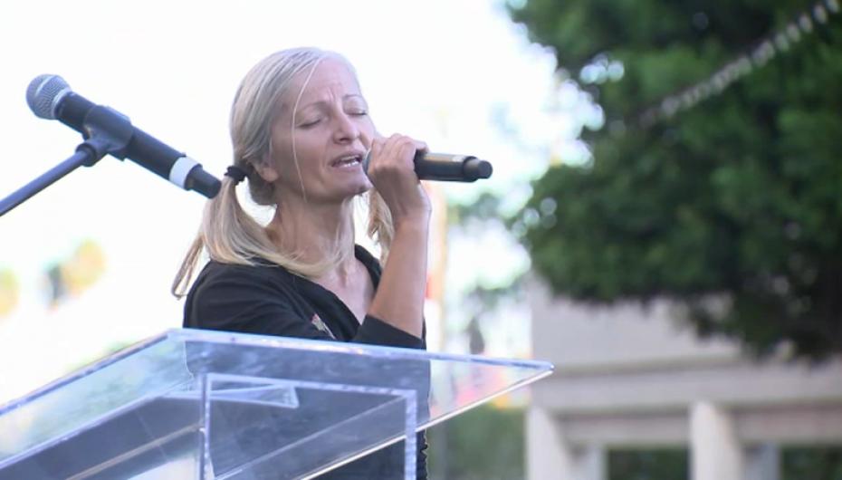 Këngëtarja e pa strehë realizon koncertin e saj të parë