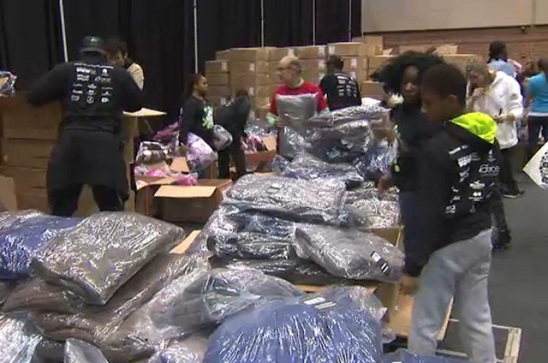 Organizata dhuron mijëra pallto dimri për fëmijët që jetojnë në banesa publike në Chicikago