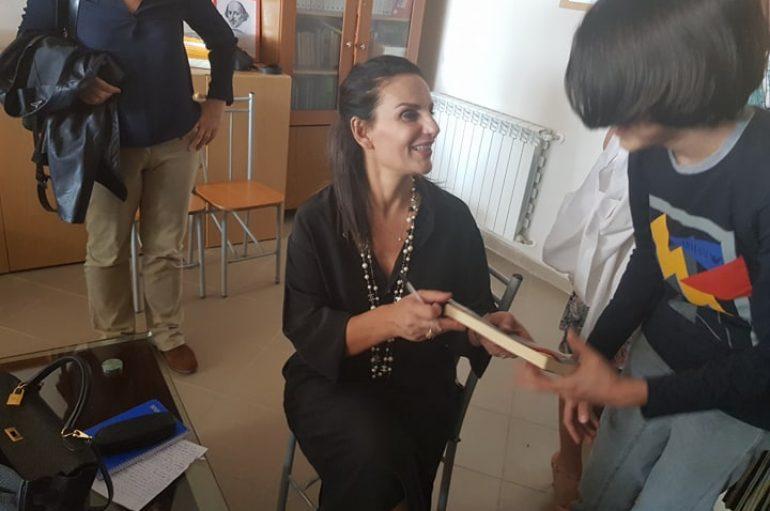Anilda Ibrahimi, shkrimtarja që hodhi dritë mbi historitë shqiptare, në italisht: Shumë familje rrezikuan jetën për të mbajtur besën