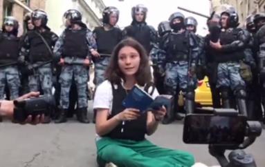 Vajza adoleshente lexon kushtetutën përpara policisë së Putinit gjatë protestave në Moskë