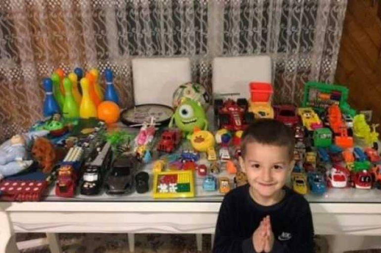 Gjesti emocionues, vogëlushi nga Gjakova dhuron lodrat për fëmijët e prekur nga tërmeti