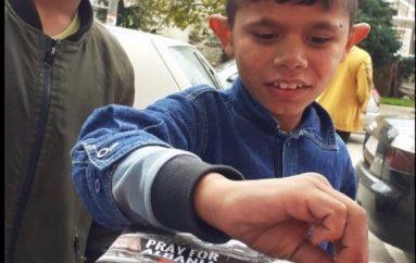 Fëmijët dhurojnë qindarkat në ndihmë të familjeve të dëmtuara nga tërmeti
