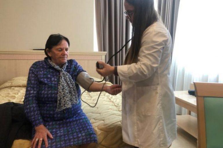 Banorët e prekur nga tërmeti, mbi 340 mjekë e infermierë pranë tyre në terren