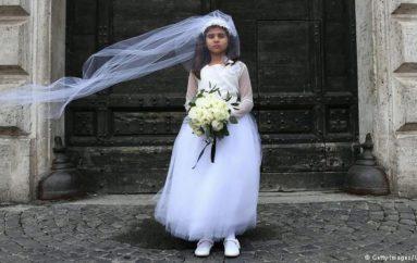 Martesa, gratë e paarsimuara martohen më herët