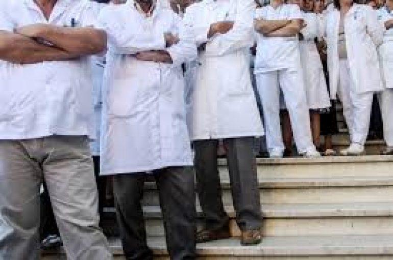 Kohë pandemie/ Festat e bluzave të bardha brenda spitaleve Covid, qeveria  premton rritje page, mjekët revoltohen për sigurinë (KUSHTET)